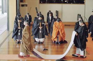 1990, Τόκιο. Ο Αυτοκράτορας της Ιαπωνίας Ακιχίτο φεύγει από την αίθουσα του θρόνου μετά την ενθρόνισή του στο αυτοκρατορικό παλάτι στο Τόκιο. Περισσότεροι από 2,500 Ιάπωνες και ξένοι προσκεκλημένοι παρακολούθησαν την τελετή ανόδου του Ακιχίτο στο θρόνο τω