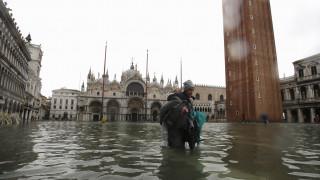 Σφοδρό κύμα κακοκαιρίας πλήττει την Ιταλία – Κάτω από το νερό η Βενετία