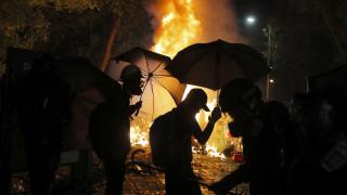 «Στα πρόθυρα κατάρρευσης» το Χονγκ Κονγκ: Ακόμη μια νύχτα βίαιων συγκρούσεων