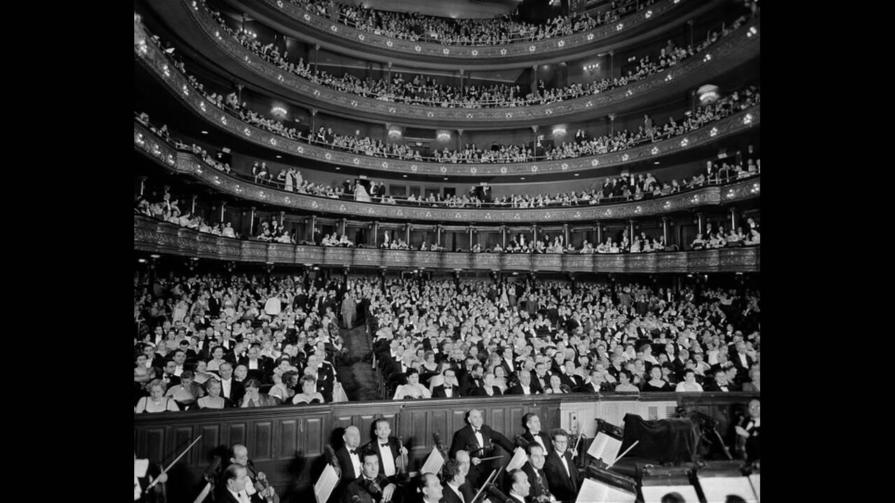 """1951, Νέα Υόρκη. Το περίφημο """"αδαμάντινο πέταλο"""" στη Μητροπολιτική Όπερα της Νέας Υόρκης, γεμάτο με κόσμο στην πρεμιέρα της όπερας του Βέρντι """"Αΐντα""""."""