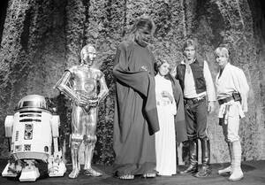 """1978. Ο Χάρισον Φορντ, η Κάρι Φίσερ, ο Μάρκ Χάμιλ και οι υπόλοιποι πασίγνωστοι χαρακτήρες από την ταινία Star Wars, στα γυρίσματα της τηλεοπτικής εκπομπής του CBS """"The Star Wars Holiday"""". Στην εκπομπή η Κάρι Φίσερ θα τραγουδήσει και θα παρουσιαστούν πολλά"""