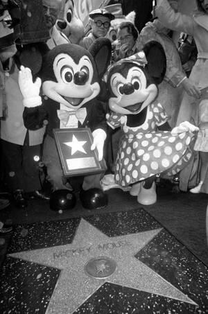 1978, Χόλιγουντ. Ο Μίκι Μάους, ο χαρακτήρας που δημιουργήθηκε από τον Ουόλτ Ντίσνεϊ, είναι ο 1.700ός σταρ   -και ο πρώτος χαρακτήρας από καρτούν- που απέκτησε το δικό του αστέρι, στο Walk of Fame, του Χόλιγουντ. Η Μίνι Μάους ήταν, φυσικά, στο πλευρό του.