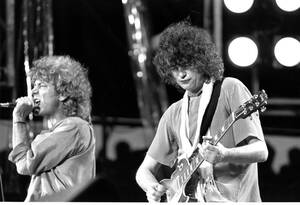 1985, Φιλαδέλφεια. Ο τραγουδιστής Ρόμπερτ Πλαντ (αριστερά) και ο κιθαρίστας Τζίμι Πέιτζ, του βρετανικού ροκ γκρουπ Led Zeppelin, στη σκηνή της συναυλίας Live Aid, στο στάδιο J.F.K. της Φιλαδέλφεια.
