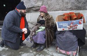 1987, Φιλαδέλφια. Ο Τζόζεφ Ρότζερς (αριστερά), Πρόεδρος της Εθνικής Ένωσης Ψυχικής Υγείας, συνομιλεί με μια άστεγη γυναίκα, έξω από το σιδηροδρομικό σταθμό της Φιλαδέλφεια. Η Ένωση βοηθά τους αστέγους, με όποιον τρόπο μπορεί, να ενταχθούν ξανά στο σύστημα