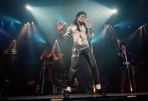1988, Λος Άντζελες. Ο Μάικλ Τζάκσον τραγουδάει μπροστά σε κοινό πολλών χιλιάδων ανθρώπων, στην κατάμεστη Sports Arens του Λος Άντζελες. Είναι η πρώτη από τις έξι συναυλίες που θα δώσει ο Τζάκσον στο Λος Άντζελες. Όλες είναι sold out.
