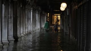 «Βουλιάζει» η Βενετία: Δρόμοι και πλατείες μετατράπηκαν σε ποτάμια