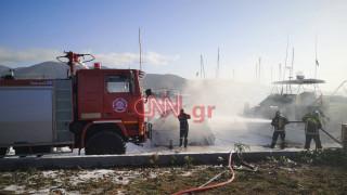 Φωτιά Μαρίνα Γλυφάδας: Καίγονται σκάφη – Εικόνες από το σημείο