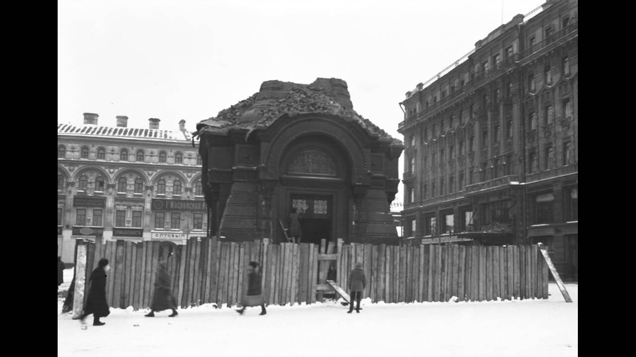 1922, Μόσχα. Ένα παρεκκλήσι, αφιερωμένο στον τσάρο Αλέξανδρο τον 3ο, καταστρέφεται στη Μόσχα, στο πλαίσιο της πολιτικής εναντίον της εκκλησίας που εφαρμόζεται στη Ρωσία.