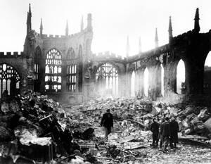 1940, Κόβεντρι. Ο Καθεδρικός Ναός του Κόβεντρι, ένα από τα ωραιότερα δείγματα της Εκκλησιαστικής Αρχιτεκτονικής του 14ου αιώνα, είναι ένας σωρός από ερείπια μετά το βομβαρδισμό της πόλης από τους Γερμανούς.