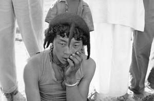 1962, Ινδία. Ένας νεαρός Θιβετιανός πρόσφυγας, που έφυγε από το Θιβέτ λόγω της κινεζικής κατοχής, κάθεται σκεπτικός στο στρατόπεδο προσφύγων, στο Ασάμ της Ινδίας.