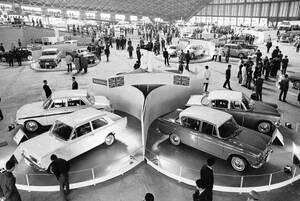1963, Τόκιο. Η πέμπτη διεθνής Έκθεση Αυτοκινήτου στο Τόκιο της Ιαπωνίας, παρουσιάζει όλα τα νέα μοντέλα.