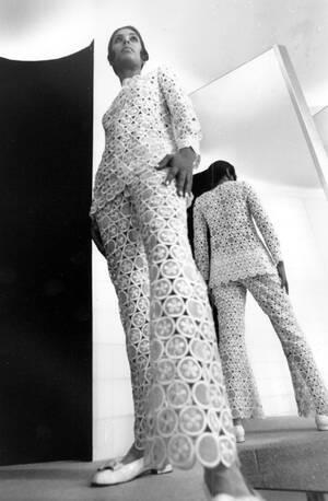 1968, Παρίσι. Το σύνολο ανήκει στη συλλογή του Γάλλου σχεδιαστή μόδας Εμανουέλ Ουγκαρό, για την επόμενη επίδειξή του. Τόσο η μπλούζα όσο και το παντελόνι είναι ροζ...
