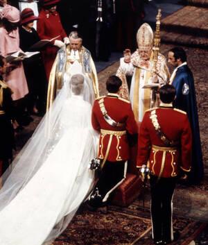 1973, Λονδίνο. Η πριγκίπισσα Άννα και ο Λοχαγός Μαρκ Φίλιπς δέχονται την ευλογία του Αρχιεπισκόπου του Κάντερμπερι, μετά το γάμο τους στο Αββαείο του Ουέστμινστερ.