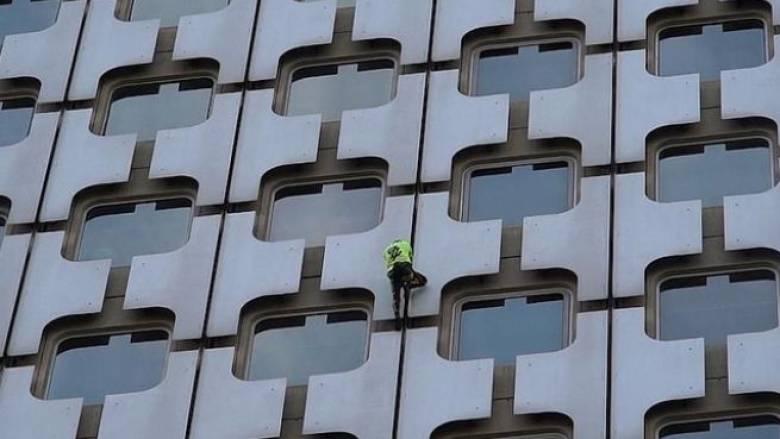 Ο Γάλλος «Spiderman» «ξαναχτύπησε»: Σκαρφάλωσε σε ουρανοξύστη του Παρισιού