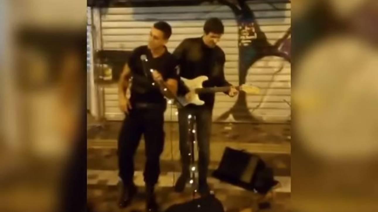 Viral βίντεο: Αστυνομικός στο Μοναστηράκι τραγούδησε μαζί με πλανόδιο μουσικό