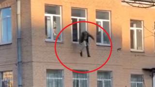 Viral απόδραση στη Ρωσία: Πήδηξε από το παράθυρο Τμήματος, αγκαλιά με ένα καλοριφέρ