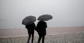 Καιρός: Σποραδικές βροχές και ομίχλη σήμερα