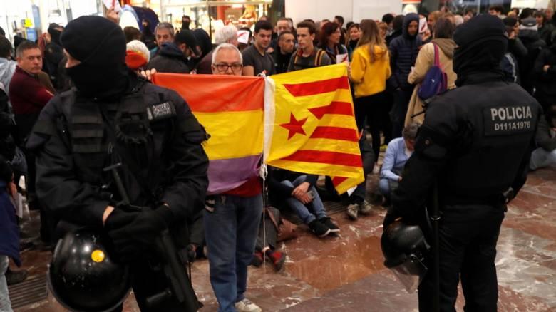 Στον κεντρικό σιδηροδρομικό σταθμό της Βαρκελώνης δεκάδες διαδηλωτές υπέρ της ανεξαρτησίας