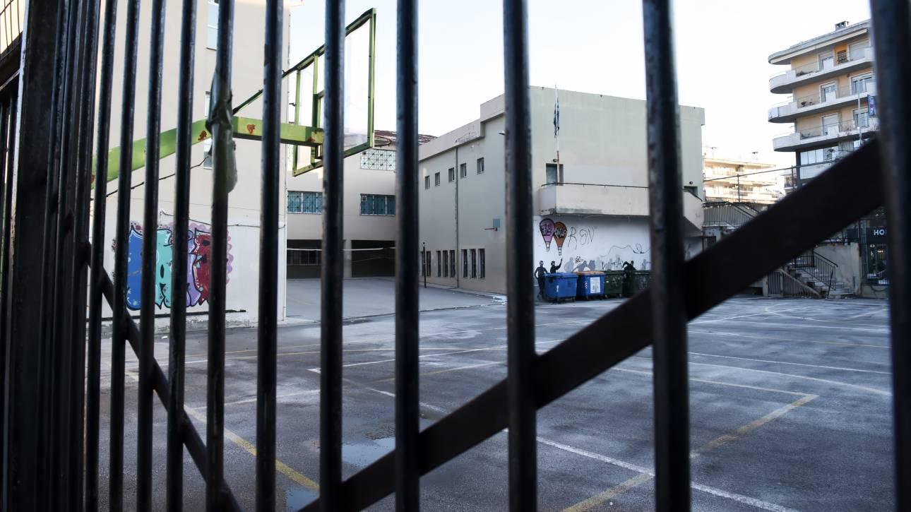 Ρέθυμνο: Κοριτσάκι σφήνωσε στα κάγκελα σχολείου