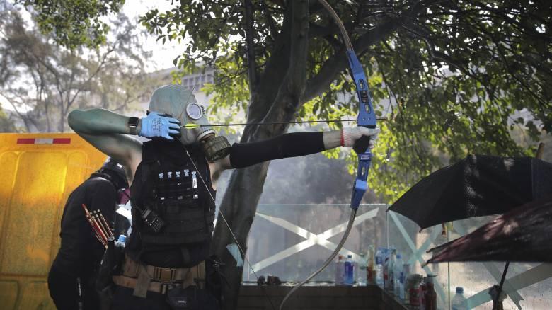 Πεδίο μάχης ξανά το Χονγκ Κονγκ: Βέλη και μολότοφ κατά αστυνομικών
