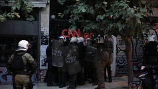 Ισχυρές δυνάμεις της ΕΛ.ΑΣ. περικύκλωσαν τα Εξάρχεια - Έφοδος σε πολυκατοικία (pics)