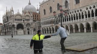 «Βουλιάζει» και πάλι η Βενετία – Κλειστή η πλατεία του Αγίου Μάρκου