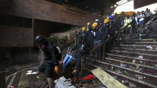 Χονγκ Κονγκ: Η αστυνομία έσπασε τα οδοφράγματα και μπήκε στο Πολυτεχνείο