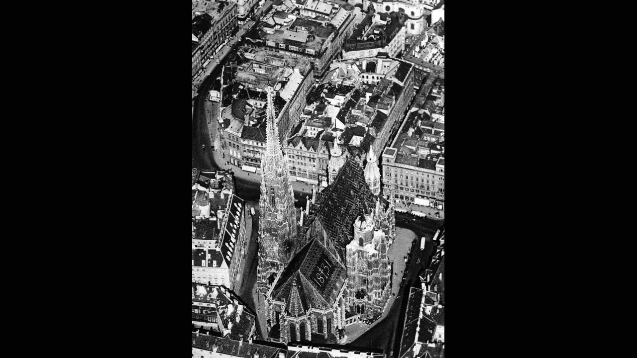 1937, Βιέννη. Ο Καθεδρικός Ναός του Αγίου Στεφάνου στη Βιέννη. Ο ναός χτίστηκε το 1258, αλλά στην πορεία του χρόνου έχουν γίνει σε αυτόν πολλές προσθήκες.