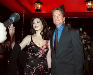 2000, Νέα Υόρκη. Οι ηθοποιοί Μάικλ Ντάγκλας και η αρραβωνιαστικιά του, Κάθριν Ζέτα Τζόουνς, έξω από το Russian Tea Room στη Νέα Υόρκη. Το ζευγάρι θα παντρευτεί  στο ξενοδοχείο Plaza, το επόμενο Σάββατο.