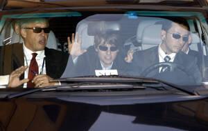 2006, Ρώμη. Ο ηθοποιός Τομ Κρουζ (στο κέντρο) χαιρετάει καθώς φτάνει στο κάστρο Odescalchi, 50 χιλιόμετρα από τη Ρώμη, όπου θα παντρευτεί την ηθοποιό Κέιτι Χολμς.