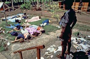1978, Τζονστάουν. Η μαζική αυτοκτονία των μελών της αίρεσης The Peoples Temple, της οποίας ηγέτης ήταν ο Τζιμ Τζόουνς, στη Γουιάνα.
