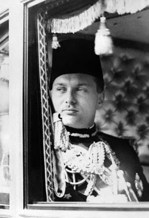 1937, Κάιρο. Ο βασιλιάς Φαρούκ της Αιγύπτου πηγαίνει στο Κοινοβούλιο για να παρακολουθήσει την εναρκτήρια συνεδρίαση.