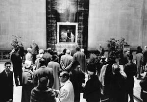 """1961, Νέα Υόρκη. Ο πίνακας του Ρέμπραντ """"Ο Αριστοτέλης μπροστά στην προτομή του Ομήρου"""" θαυμάζεται από το πλήθος στο Μητροπολιτικό Μουσείο της Νέας Υόρκης. Ο πίνακας αγοράστηκε σε δημοπρασία για 2.3 εκατομμύρια δολάρια, το υψηλότερο ποσό που έχει δοθεί πο"""