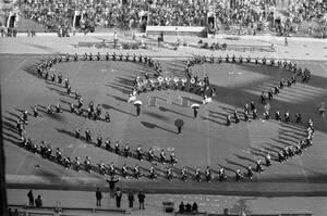 1978, Ιλινόις. Φοιτητές του Πανεπιστημίου Northwestern σχηματίζουν τη φιγούρα του Μίκι Μάους, στο ημίχρονο του αγώνα ράγκμπι με το Πανεπιστήμιο Michigan State. Ο Μίκι γιορτάζει τα 50ά γενέθλιά του...