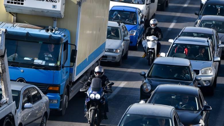 Εκτροπή φορτηγού στον Κηφισό - Πέρασε στο αντίθετο ρεύμα και «καρφώθηκε» στα κιγκλιδώματα