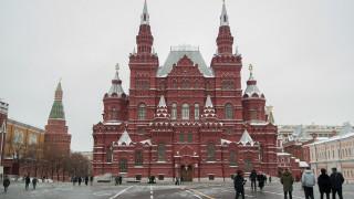 Ρωσία: Συνελήφθησαν ακτιβιστές που διαμαρτύρονταν με μια φουσκωτή όρκα έξω από το Κρεμλίνο