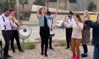 Σμύρνη: Έστησε πανηγύρι έξω από τα δικαστήρια για να γιορτάσει το διαζύγιό της