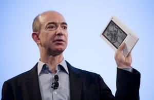 2007, Νέα Υόρκη. Ο ιδρυτής και Πρόεδρος της Amazon.com, Τζεφ Μπέζος παρουσιάζει το Kindle, σε συνέντευξη Τύπου. Το εργαλείο, που κοστίζει 399 δολάρια, επιτρέπει στο χρήστη να κατεβάσει και να διαβάσει περισσότερα από 90.000 βιβλία και περιοδικά.