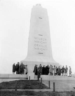 1932, Βόρεια Καρολίνα. Ένα γρανιτένιο μνημείο ύψους 30 μέτρων υψώνεται εις μνήμην των πρώτων αεροπόρων Ουίλμπορ και Όρβιλ Ράιτ. Πάνω από 1000 άνθρωποι παρακολούθησαν τα εγκαίνια του μνημείου και άκουσαν τον Όρβιλ Ράιτ να μιλάει στην τελετή.