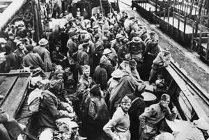1943, Ελλάδα. Βρετανοί στρατιώτες, αιχμάλωτοι πολέμου, που συνελήφθησαν στην Κω, μεταφέρονται στον Πειραιά.