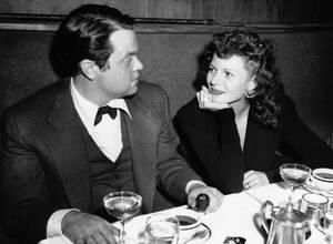 1943, Νέα Υόρκη. Η ηθοποιός Ρίτα Χέιγουορθ ακούει προσεκτικά το σύζυγό της Όρσον Ουέλες κατά τη διάρκεια δείπνου στο κλαμπ Stork της Νέας Υόρκης.