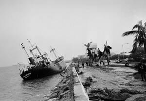 1970, Μανίλα. Ένα πλοίο έχει ξεβραστεί στην ακτή στη Μανίλα, μετά το πέρασμα του τυφώνα Πάτσι.