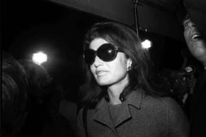 1968, Νέα Υόρκη. Η Τζάκι Κένεντι Ωνάση έξω από το διαμέρισμά της στην Πέμπτη Λεωφόρο στη Νέα Υόρκη. Στις 20 Οκτωβρίου η Τζάκι παντρεύτηκε τον Έλληνα μεγιστάνα Αριστοτέλη Ωνάση.