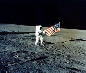 1969, Σελήνη. Ο επικεφαλής της αποστολής Apollo 12, Τσαρλς Κόνραντ στην επιφάνεια της σελήνης. Ήταν ο τρίτος άνθρωπος που έφτασε εκεί.