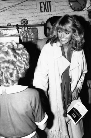 1977, Νέα Υόρκη. Η Φάρα Φόσετ στη Νέα Υόρκη, χαιρετάει θαυμαστές της.