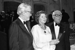 1979, Λος Άντζελες. Η ηθοποιός Ίνγκριντ Μπέργκμαν με τον Κάρι Γκραντ (δεξιά) και τον Τζίμι Στιούαρτ, κατά τη διάρκεια της μαγνητοσκόπησης ειδικής εκπομπής προς τιμήν της. Η Μπέργκμαν τιμάται για τη μακρά καριέρα της, η οποία περιλαμβάνει 50 ταινίας, ανάμε