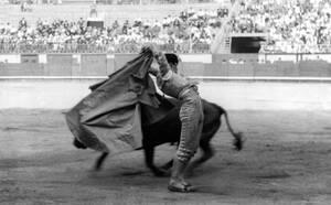 1939, Ισπανία. Ο ταυρομάχος Χουανίτο Μπελμόντε αντιμέτωπος με τον ταύρο, στο Σαν Σεμπαστιάν της Ισπανίας.