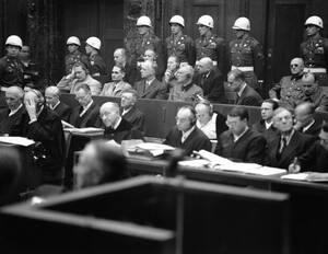 1945, Νιρεμβέργη. Η δίκη των Ναζί για εγκλήματα πολέμου ξεκίνησε στη Νιρεμβέργη στις 20 Νοεμβρίου 1945. Ανάμεσα στους κατηγορούμενος, στην πρώτη σειρά, διακρίνονται ο Χέρμαν Γκέρινγκ, ο Ρούντολφ Ες, Ο Γιοακίμ Φον Ρίμπερντροπ, ο Βίλχεμ Καϊτέλ, ο Άλφρεντ Ρό