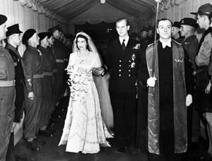 1947, Λονδίνο. Η πριγκίπισσα Ελισάβετ της Αγγλίας και ο σύζυγός της, Δούκας του Εδιμβούργου, αποχωρούν από το αββαείο του Ουεστμίνστερ μετά το γάμο τους.