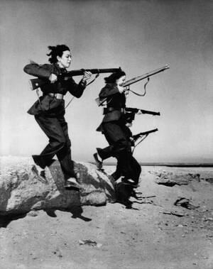"""1951, Αίγυπτος. Γυναίκες, μέλη των """"απελευθερωτικών ταγμάτων"""" της Αιγύπτου, κάνουν ασκήσεις στην έρημο κοντά στο Κάιρο και προετοιμάζονται για να αντιμετωπίσουν τους Βρετανούς στο Κανάλι του Σουέζ."""